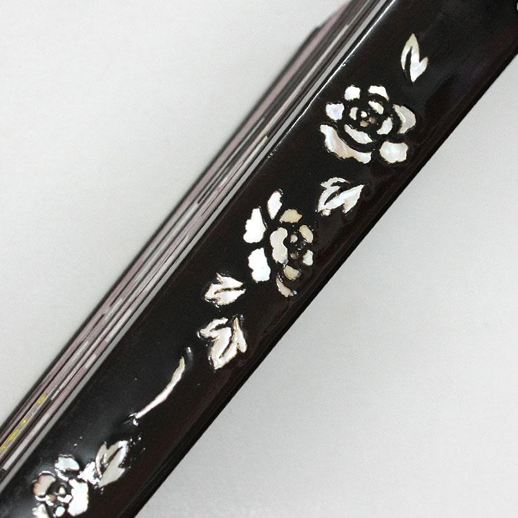紫檀に螺鈿装飾を施した贅沢な親骨。