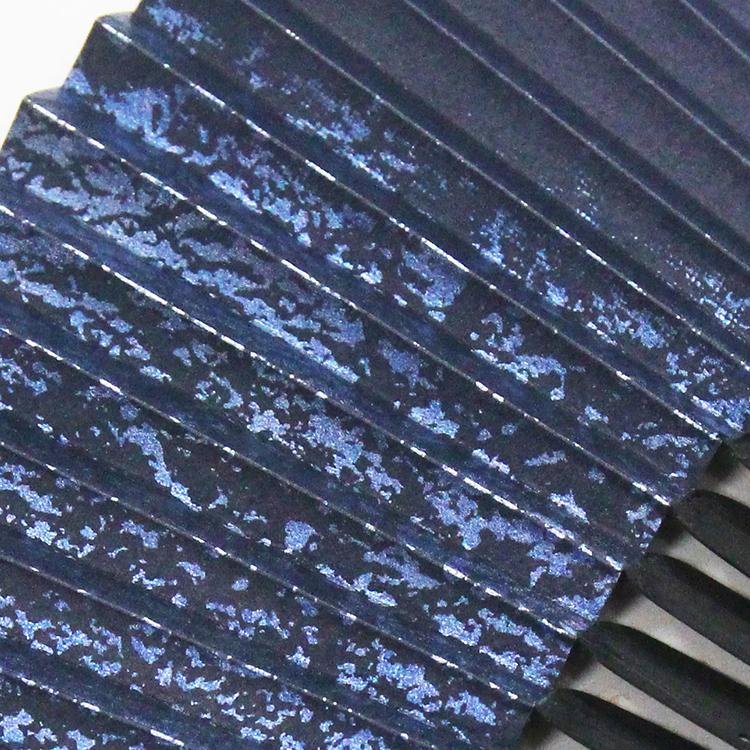 紺は銀箔に着色をし、黒はアルミ箔に着色をし、独特の風合いを表現しました。