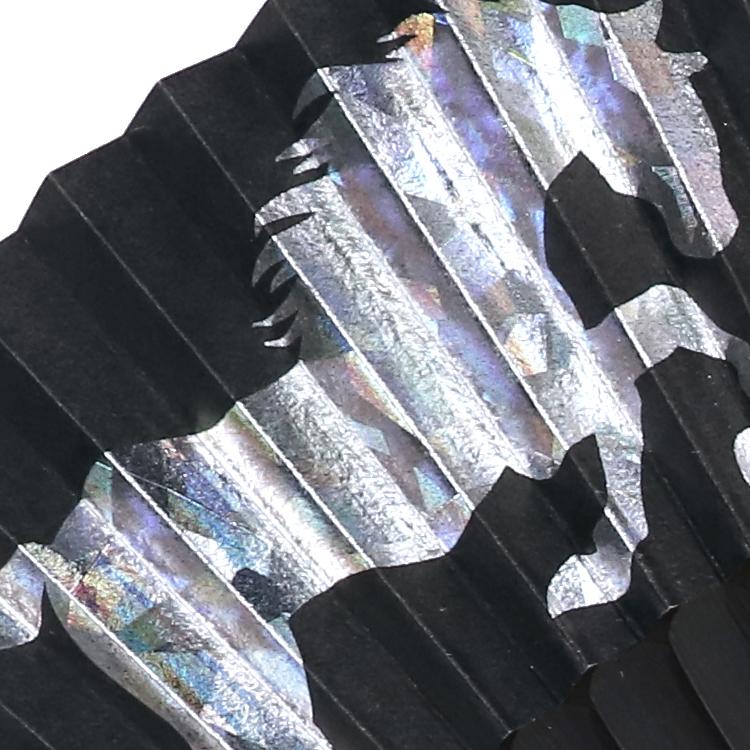 表面は各モチーフをホログラム箔で表現しました。