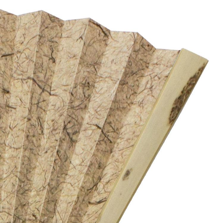 親骨には斑紋のある竹を使用しています。