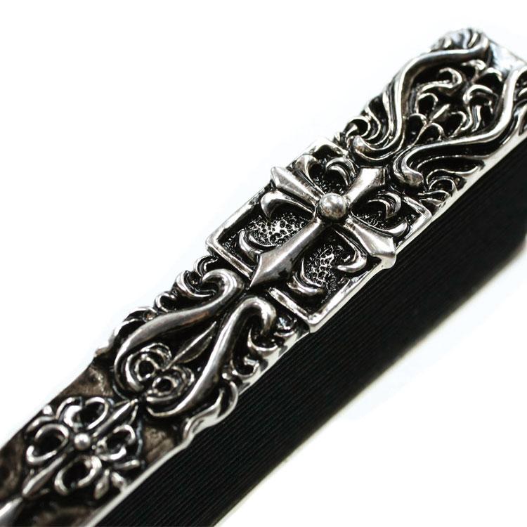 親骨は重厚感のある、真鍮(しんちゅう)を使い、クロスをデザインしました。