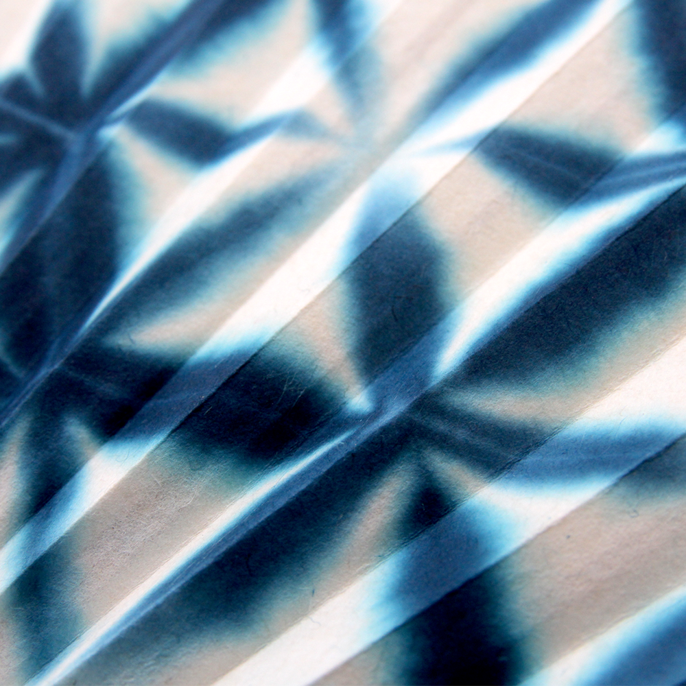 「板締め絞り」で染められた綿生地を使った扇面