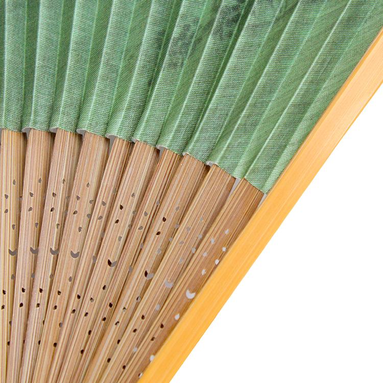 仲骨はこげ茶色の唐木染めを、親骨は涼しげな白竹を使用しています。