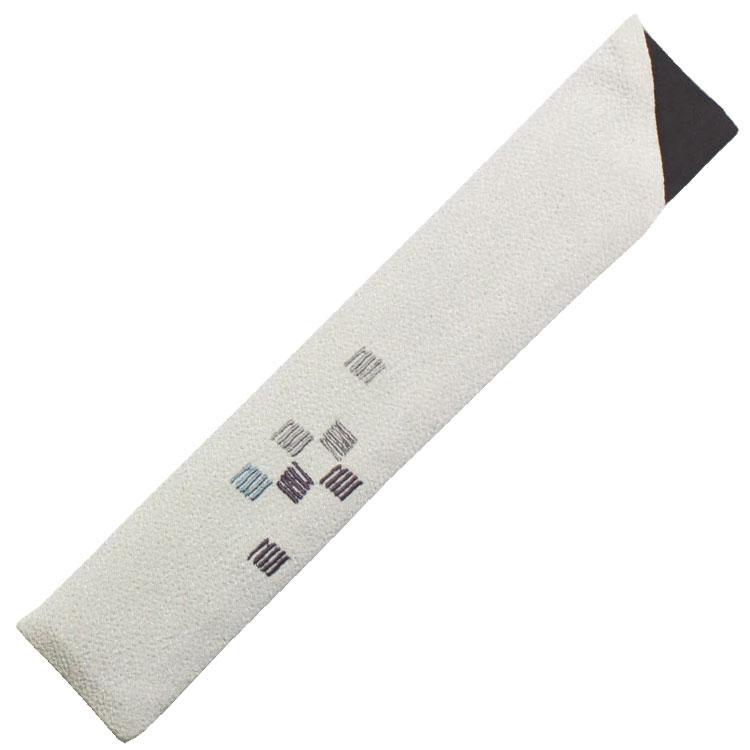 扇子袋はちりめん生地に、細やかな刺繍で五崩し紋が表現されています。
