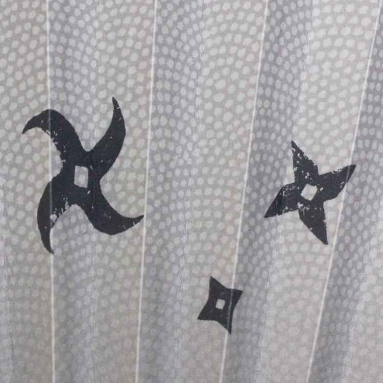 背景のサメ小紋との組み合わせにより手裏剣が回転しながら飛んでいく様を表現しています。