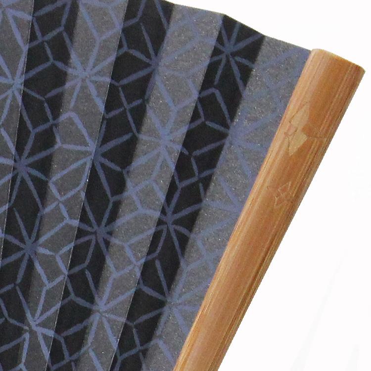 折り紙の手裏剣をイメージした半彫り加工が施されています。