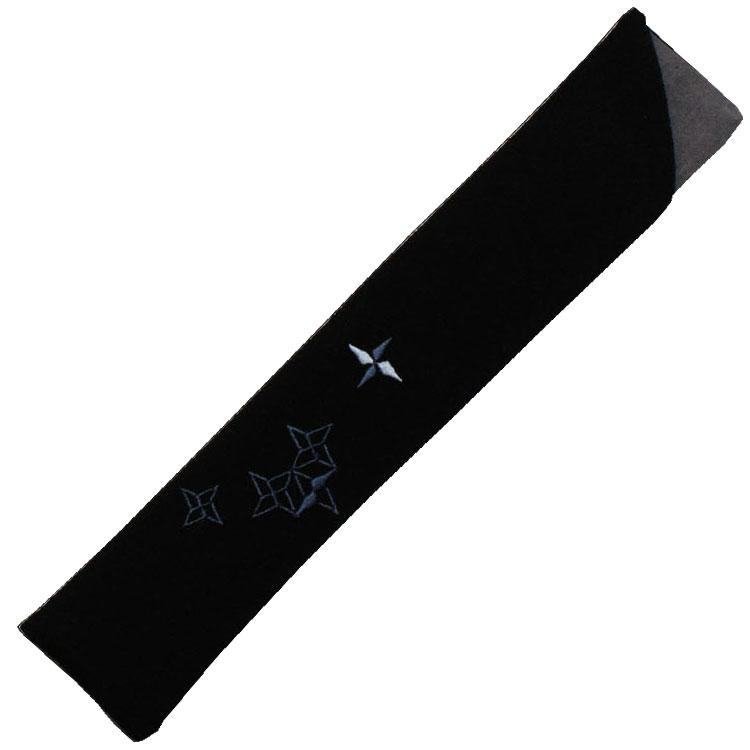扇子袋はちりめん生地に、細やかな刺繍で手裏剣が表現されています。