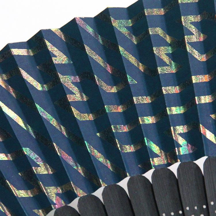 虹色に輝く紗綾形紋が印象的な扇面。