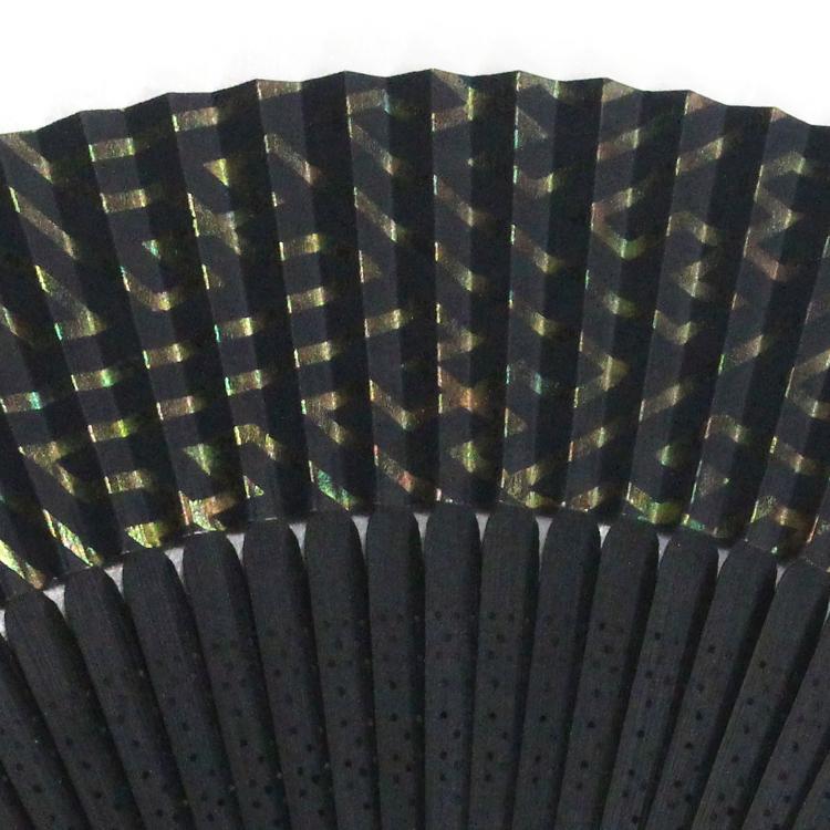 裏面は3色共通で黒で、表同様虹彩箔が施されています。