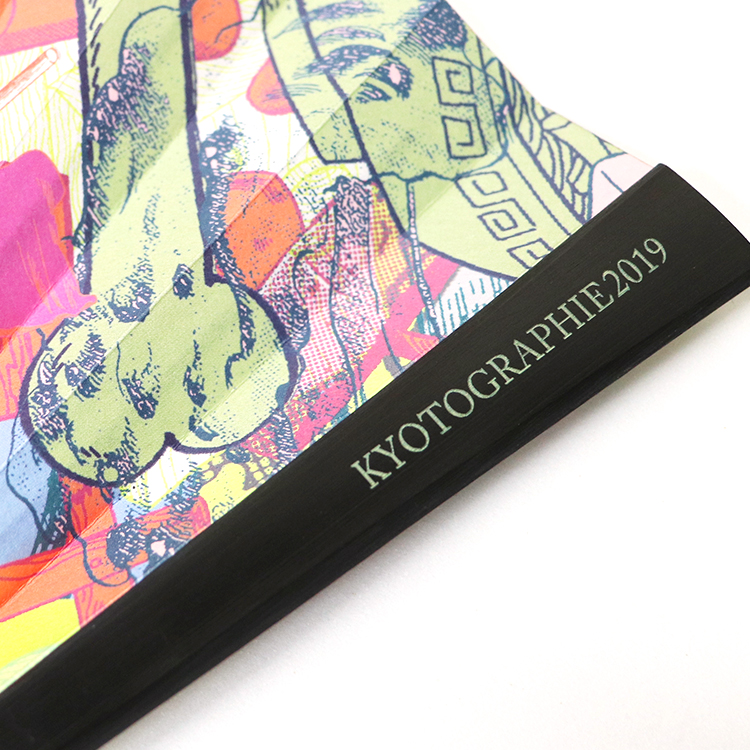 表面の親骨には「KYOTOGRAPHIE2019」の刻印が施されています。