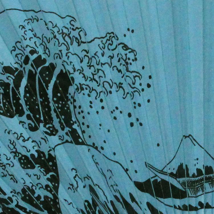 日本の伝統色の和紙に、日本の風景を描いた浮世絵が黒の漆で表現されています。