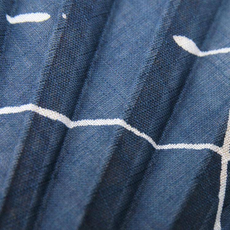 伝統的技法の中に無造作な白線でモダンな雰囲気を演出しています。