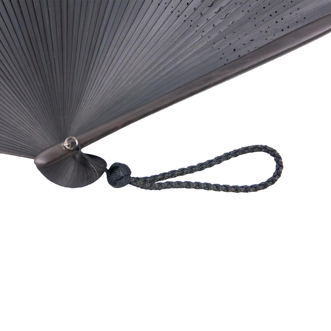 正絹の京組み紐を使用した上質なアクセサリーを付けています。