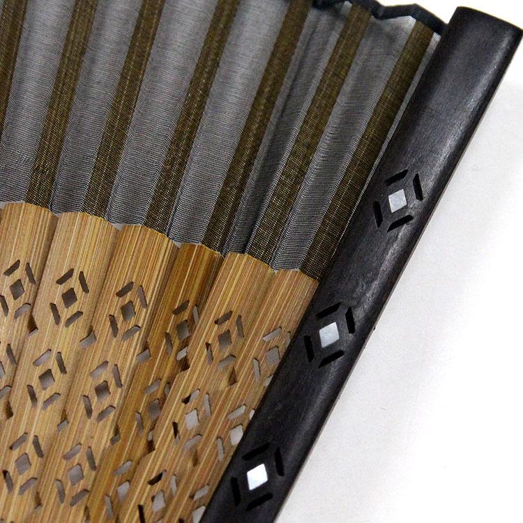 京非常に硬く耐久性に優れた黒檀に螺鈿細工(らでんざいく)を施しています。