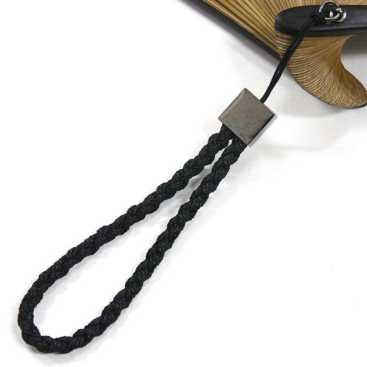 京組み紐を使用した上質なアクセサリーを付けています。