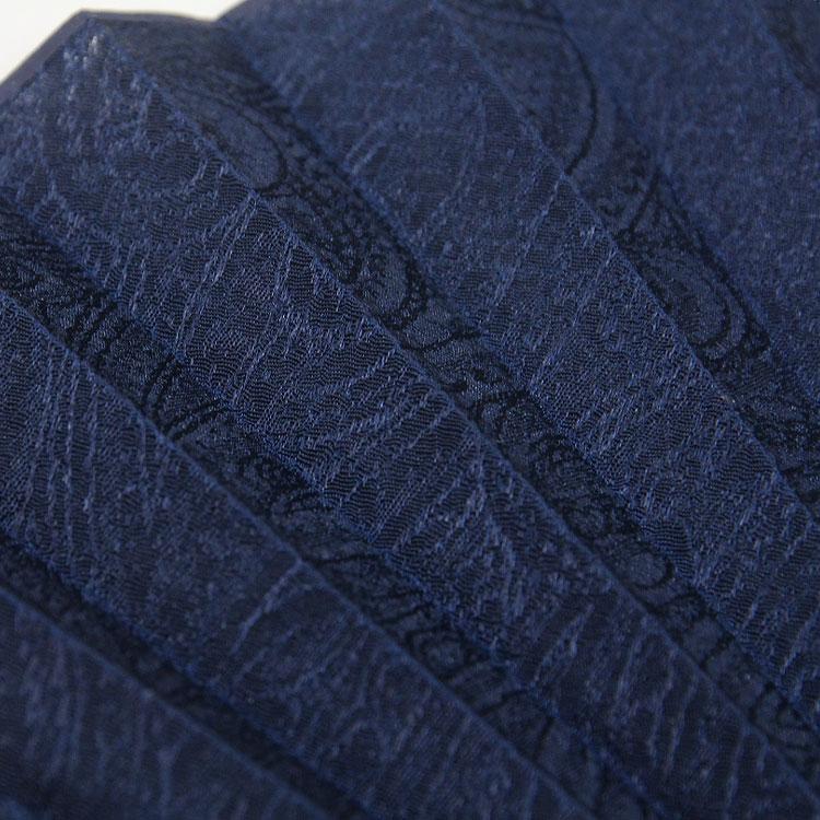 ペイズリー柄がジャガードに織り込まれた光沢のある縮緬状の生地を使用。