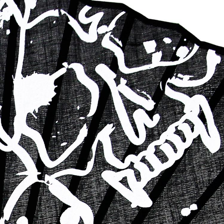 ペイントのようなデザインの一部がスカルの柄になっています。