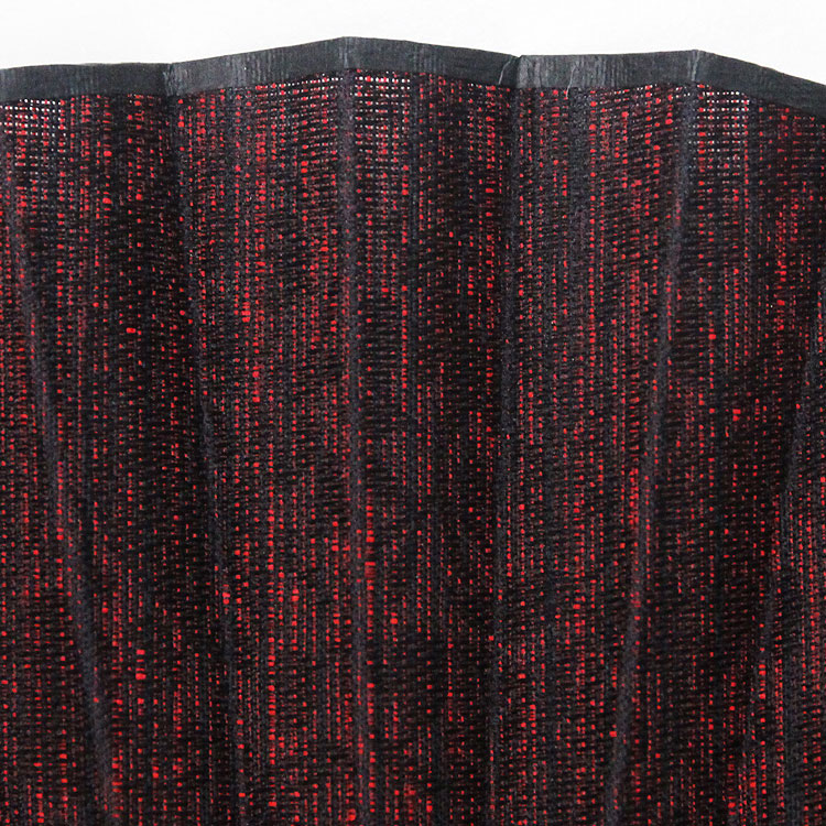 横糸をオリジナルの色に染め上げ生地の陰影が重厚感を醸し出す逸品です。