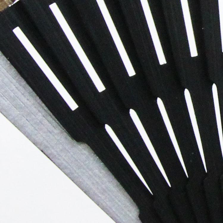 仲骨は黒染めで、スクエアの透かし彫りが施されています。
