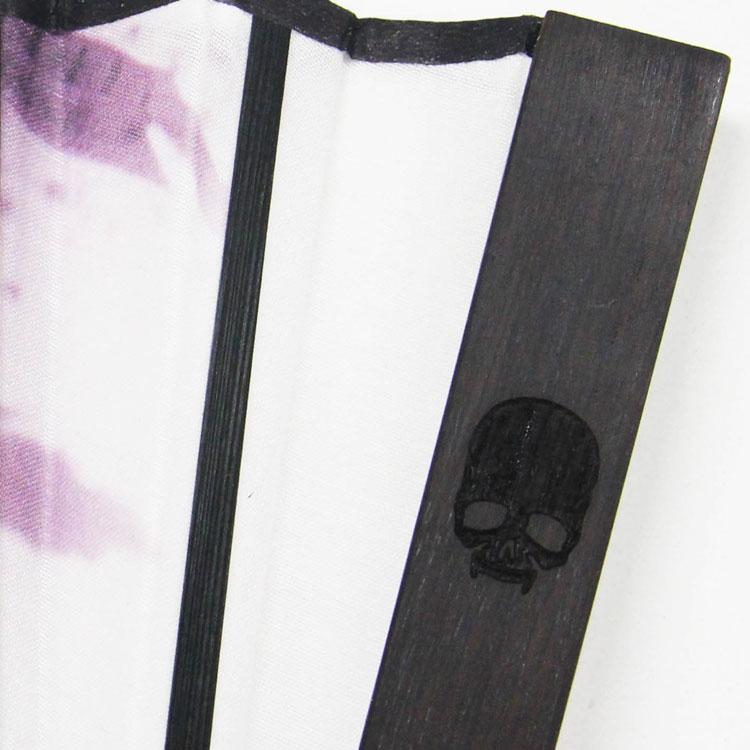 黒檀を使用した親骨の裏面にはスカルが刻印されています。