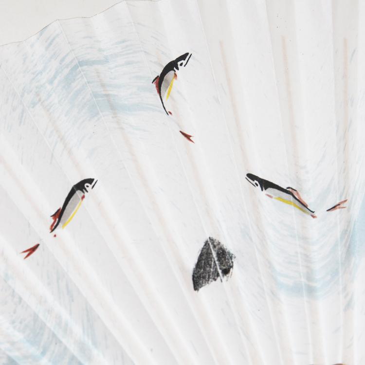 流れる清流の中を鮎が泳ぐ涼しげな姿を描きました。