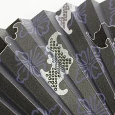 シックな濃紺の背景に描かれた蝙蝠は、メインの一箇所をシルバーで仕上げました。