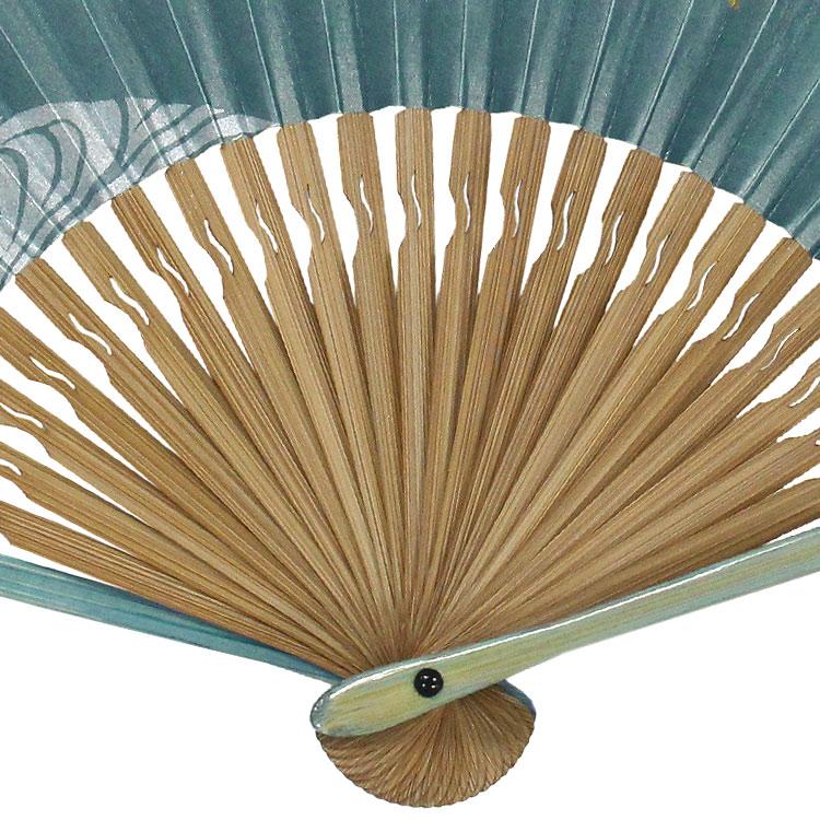 扇子袋は扇骨の色に合わせた高級感のあるうずら織りのちりめん生地を使用しています。
