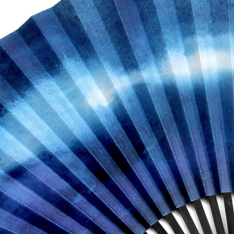 内藤麻美子氏による青色世界が表現された扇面。裏面も同じ柄になっています。