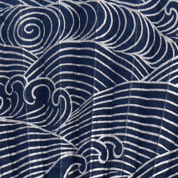 銀色一色で描かれた波柄を扇面表側全体にデザインしました。