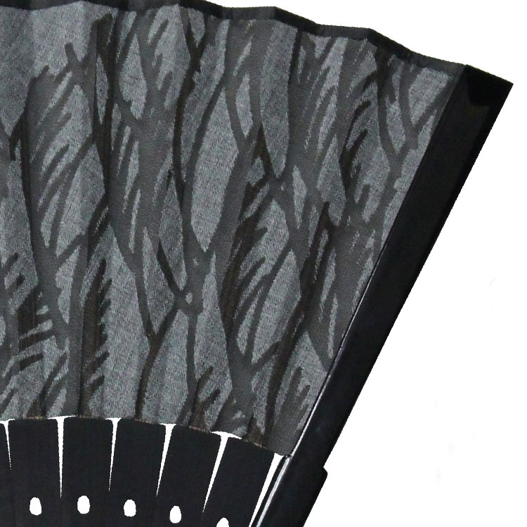 黒染めの仲骨に細やかな透かし彫り加工が施されています。