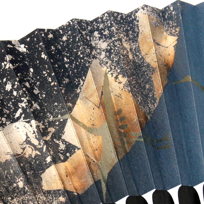 銀箔を硫黄でいぶし描いた月に、箔で描かれた鶴や龍が舞います。