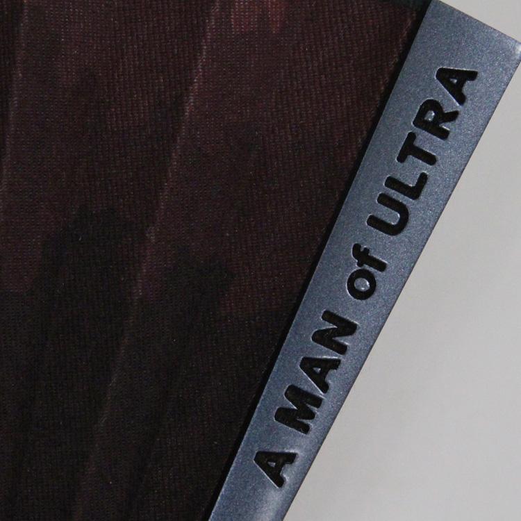メタリックな質感の塗りを施した親骨には、A MAN of ULTRAのロゴが彫られています。
