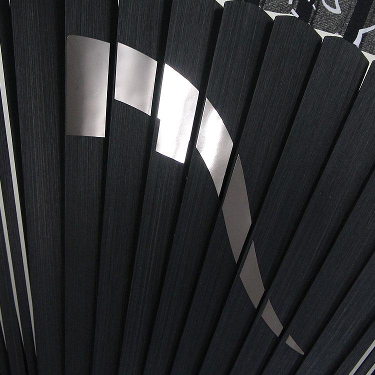 扇面にはニッケル素材のカットアートが施されています。ミラーのような光沢が特徴的です。