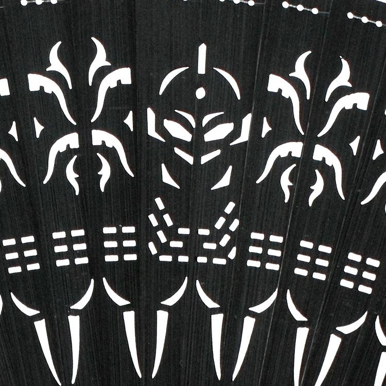 ウルトラセブンの胸部とボディのライン、アイスラッガーをイメージした透かし模様の中にウルトラセブンの顔が表現れています。