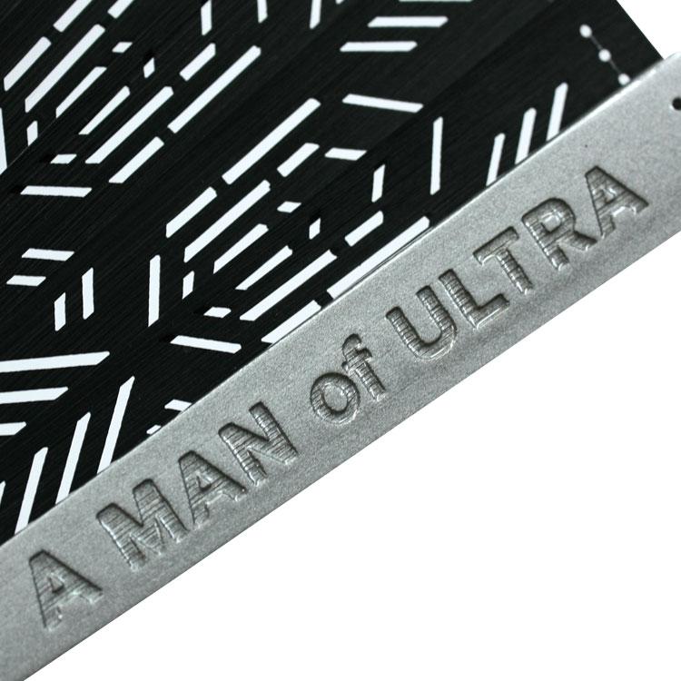 親骨はメタリックな印象のシルバーの塗り骨に、A MAN of ULTRAのロゴが彫られています。