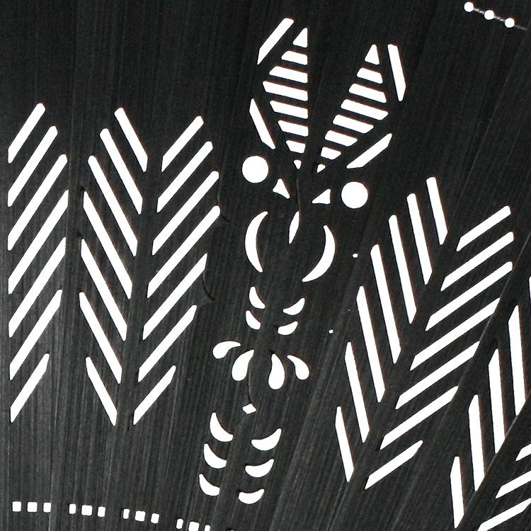 バルタン星人のハサミをイメージした透かし模様の中に、バルタン星人の顔が表現れています。