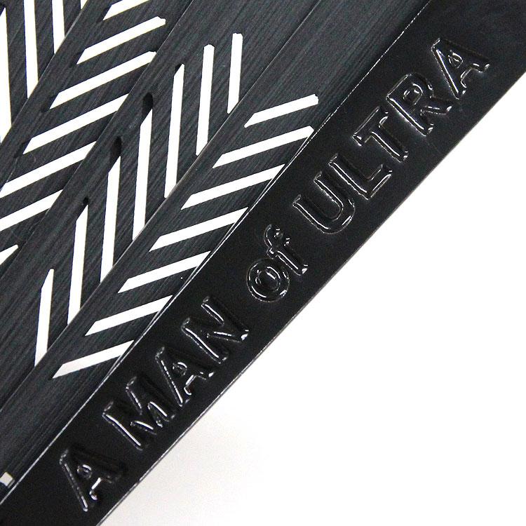 親骨は艶やかな黒の塗り骨に、A MAN of ULTRAのロゴが彫られています。