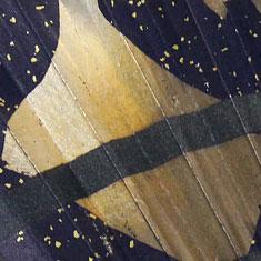 銀箔を硫黄でいぶし描いた模様が上品に輝いています。
