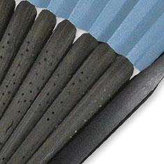 扇骨は黒と唐木、2つの染料を混ぜ合わせ染めた黒唐木染めを使用しています。