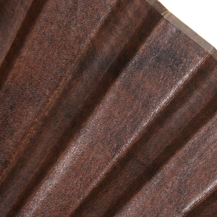 手染めで濃淡をつけた風合い豊かな革の扇面。