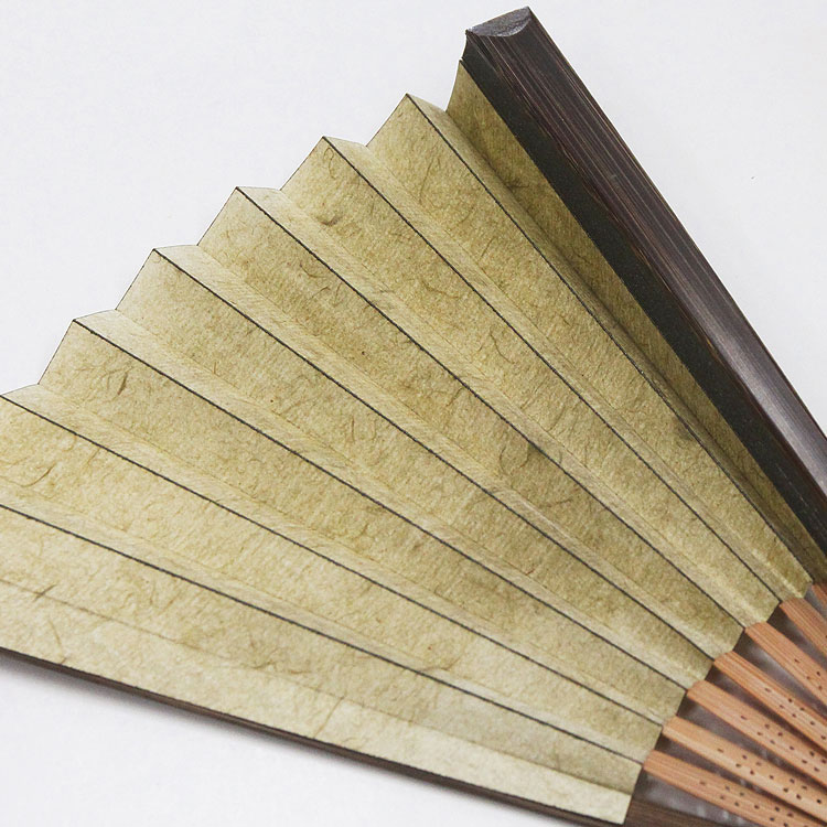 扇子の折山に脇漆加工が施され、粋な印象に。耐久性にも優れています。