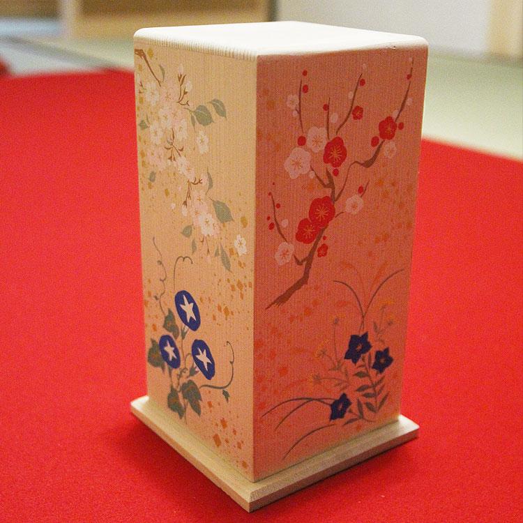 的を乗せる「枕」は桐製で、四季の花を描きました