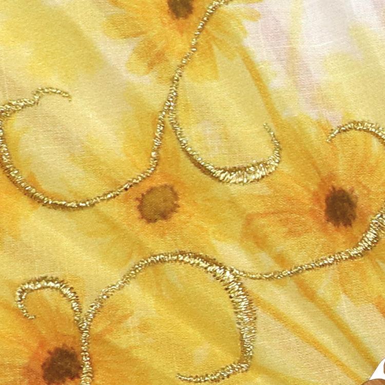 鮮やかな金糸を使用し、流れるような刺繍を施しました。