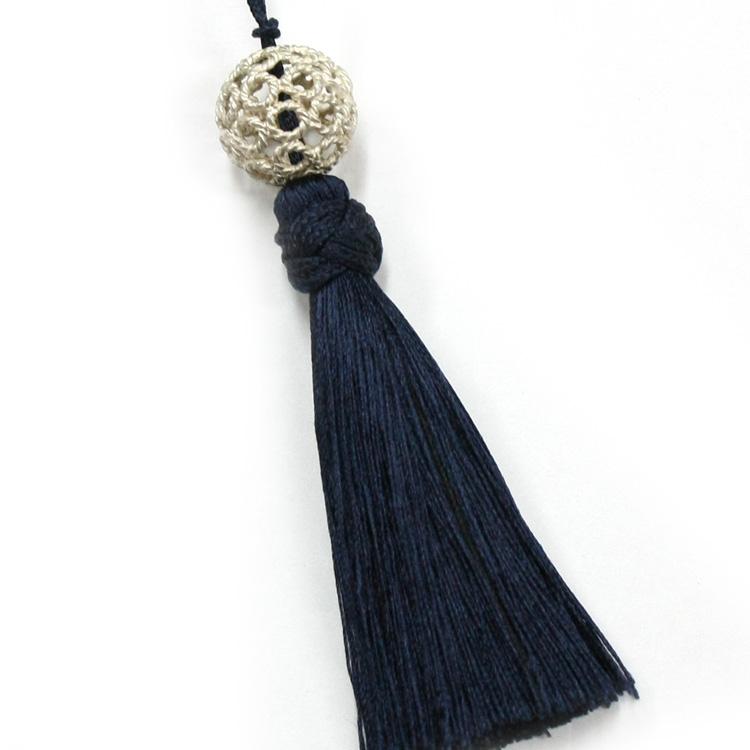 シルバーの透かしパーツとブルーの正絹タッセルが高級感をプラス。