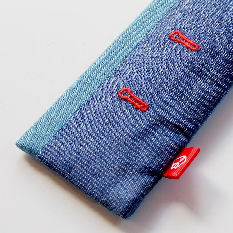 扇子袋は扇面と同じ生地を使用しボタンホールをイメージした刺繍入りです。赤のネームタグ付きです。