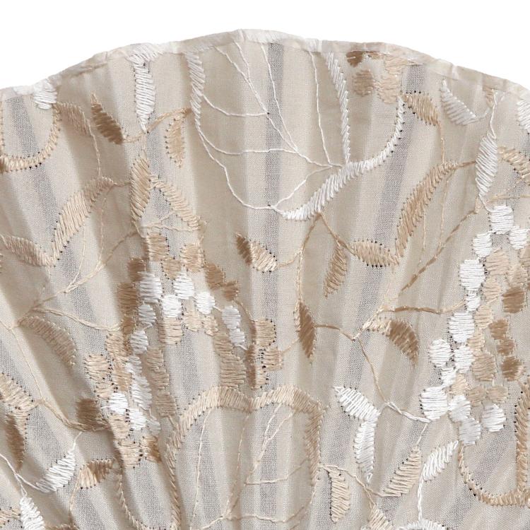 ポイントに光沢のある刺繍が上品な扇面です。