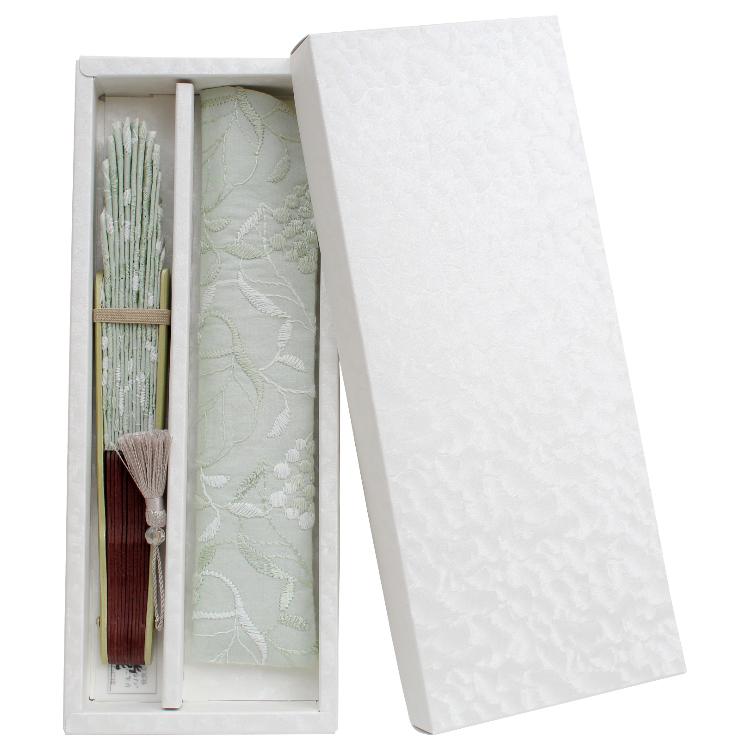 艶のある白の紙箱に入れてお届けします。
