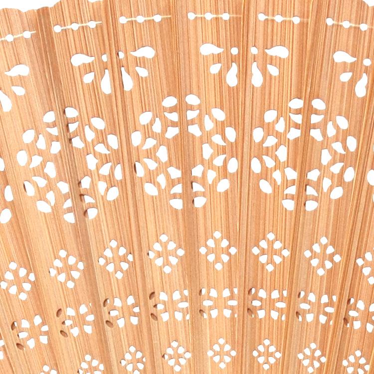 竹に細やかな透かし彫りを施した扇面。透かし彫りも模様は、各カラーにあったそれぞれのデザインになっています。