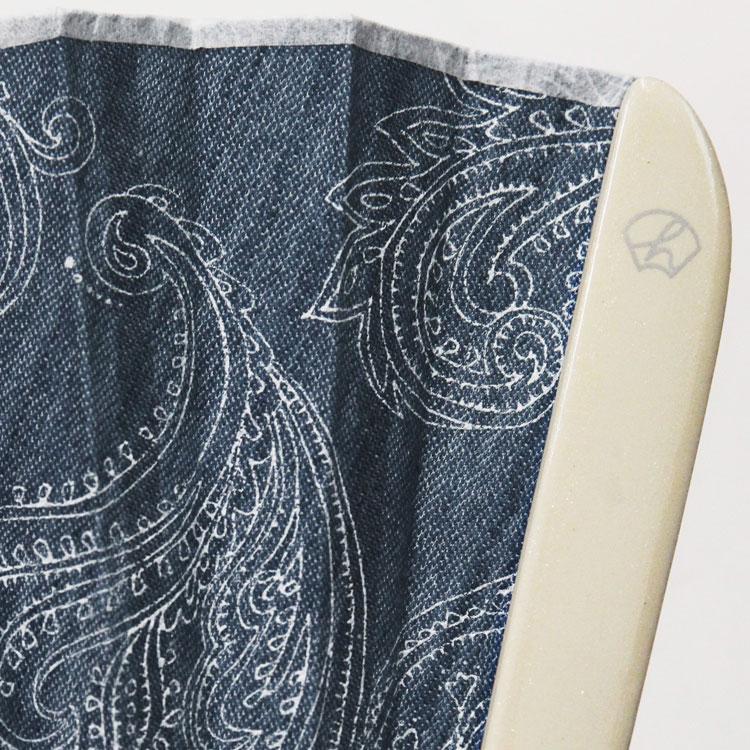 微粒子が輝くホワイトのツヤ塗りの親骨にはシルバーで白竹堂のロゴが転写されています。