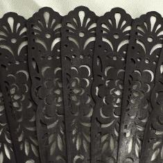 仲骨部分は繊細な透かし彫り加工が施されています。